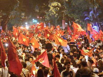 Sau trận thắng 2-0 của đội tuyển Việt Nam trước đại kình địch Malaysia vào tối 16/11, người hâm mộ Hà Nội đổ ra đường ăn mừng.