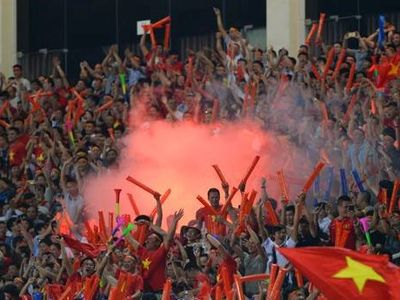 Nhiều người hâm mộ bày tỏ sự bất bình với hành động đốt pháo sáng của một số cổ động viên trên sân Mỹ Đình trong trận đấu giữa Việt Nam và Malaysia vào tối 16/11.