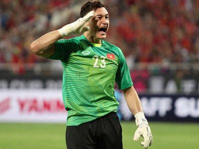 Ngay sau khi Anh Đức nâng tỷ số lên 2-0, thủ môn Đặng Văn Lâm khiến khán giả cả nước xúc động với hình ảnh giơ tay chào kiểu các chú bộ đội, rồi hôn lên quốc kỳ Việt Nam trên áo đấu.
