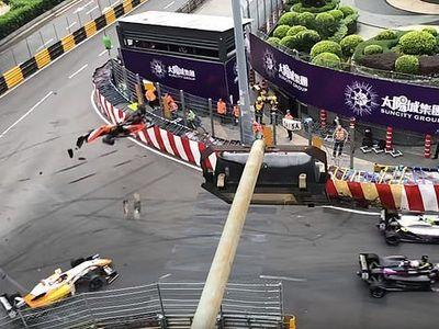Nữ tay đua 17 tuổi Sophia Floersch may mắn thoát chết sau khi chiếc xe của cô bay trên không trung rồi đâm rất mạnh vào một biển quảng cáo ở trường đua F3 Macau GP hôm 18/11.