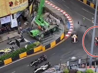 Chiếc xe đua F3 lao như tên bắn thẳng vào hàng rào bảo vệ tại chặng đua Macao, Trung Quốc.