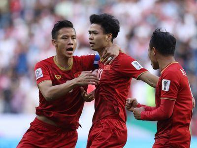 Dù bị vắt kiệt sức sau trận đấu kéo dài 120 phút vòng 1/8 Asian cup, nhưng các cầu thủ tuyển Việt Nam vẫn có màn ăn mừng đáng yêu và ngay lập tức gây bão trên mạng xã hội.