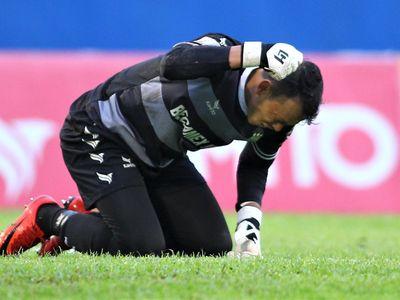 Trong ngày thủ môn số một của CLB Bình Dương chơi tròn vai, thì đồng đội liên tục sơ suất để SLNA ghi 5 bàn vào lưới.