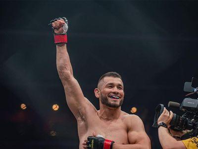 Võ sĩ có cơ bắp đẹp như một VĐV tập thể hình, cơ bụng 8 múi, anh Makhmud Muradov, vừa vinh dự trở thành chiến binh mới nhất ký hợp đồng gia nhập lồng sắt bát giác của UFC. Võ sĩ có biệt danh 'Siêu thanh', người từng được Floyd 'Money' Mayweather khen tặng: 'Võ sĩ MMA giỏi nhất trên thế giới', đã được toại nguyện với ước mơ của mình.