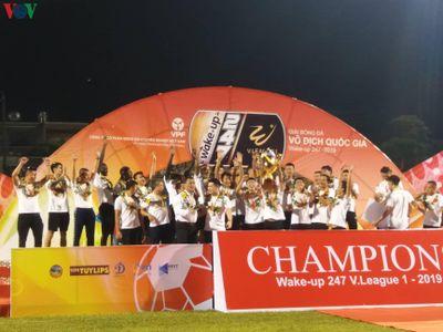 Clip: Hà Nội FC nhận cúp vô địch V-League 2019 trên sân Cửa Ông sau trận gặp Than Quảng Ninh ở vòng 26.