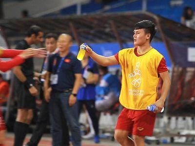 Kết thúc hiệp 1, khi thấy đồng đội thấm mệt, Quang Hải cầm những chai nước trên tay đi ra ngoài sân đưa cho đồng đội dù chân anh vẫn đang đau.