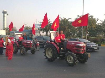 Còn khoảng một tiếng nữa chuyên cơ chở các thành viên của đoàn thể thao Việt Nam dự SEA Games 30, trong đó có đội tuyển bóng đá nữ và U-22 nam mới đáp xuống Nội Bài, nhưng đã có hàng trăm cổ động viên có mặt từ sớm.