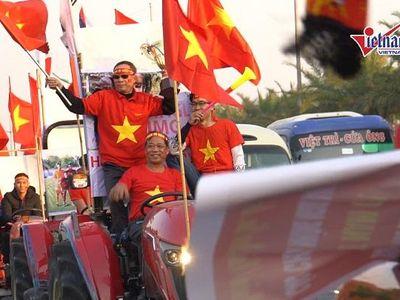 Lúc 16h, một nhóm cổ động viên lái máy kéo ra sân bay đón đoàn thể thao Việt Nam. Tại đây hàng ngàn CĐV hò reo, sẵn sàng chào đón các nhà vô địch SEA Games 30.