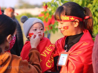 Hàng trăm Cổ động viên hâm mộ đã có mặt bên ngoài sân bay Nội Bài chờ đón đội tuyển bóng đá U22 Việt Nam về nước.