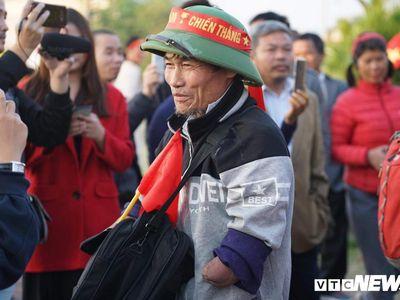 Hàng trăm cổ động viên tưng bừng mang theo cúp vàng ra sân bay Nội Bài để chào đón những nhà vô địch SEA Games 30 trở về.