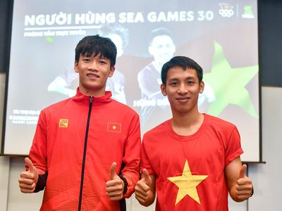 Sáng 12/12, tiền vệ Hùng Dũng và Hoàng Đức trả lời phỏng vấn trực tuyến độc giả Zing.vn sau khi cùng U22 Việt Nam giành huy chương vàng SEA Games 30 tại Philippines.