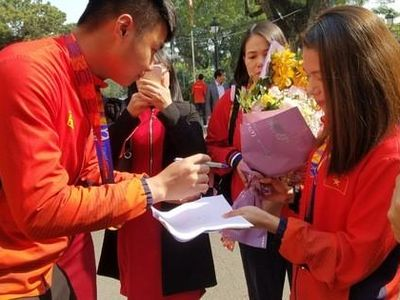 Thủ môn Nguyễn Văn Toản của đội U22 Việt Nam tiết lộ: Trong trận gặp Campuchia, lúc đó tâm lí em rất vững vàng nên không bị cầu thủ đội bạn đánh lừa, em tập trung theo bóng nên đã cản phá thành công được cú sút penalty của cầu thủ đội bạn.