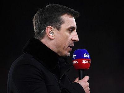 Cựu hậu vệ Gary Neville ức chế khi bình luận trực tiếp trận đấu giữa Liverpool và MU tại sân Anfield, trong khi Jamie Carragher có tâm trạng phấn khích.