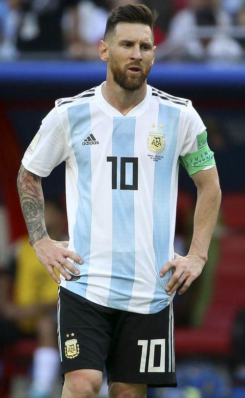 Đồng đội và thầy cũ bảo vệ Messi trước sự chỉ trích của Maradona