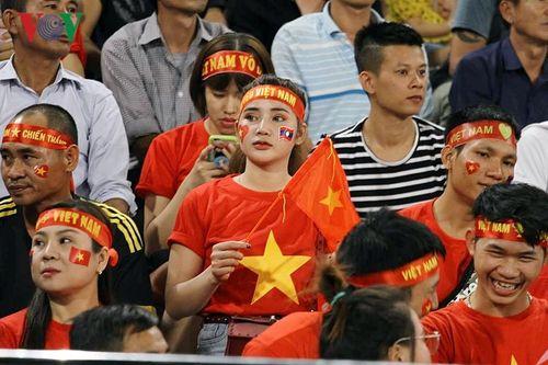 AFF Cup 2018: Nhiều CĐV nữ xinh đẹp sẵn sàng 'cháy' cùng ĐT Việt Nam