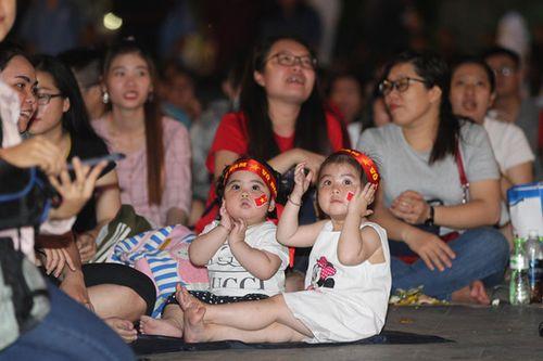 Những hình ảnh ăn mừng dễ thương của CĐV Việt Nam ở trận thắng Malaysia
