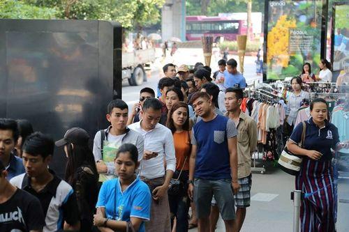 Người hâm mộ xếp hàng dài mua vé xem trận Myanmar vs Việt Nam