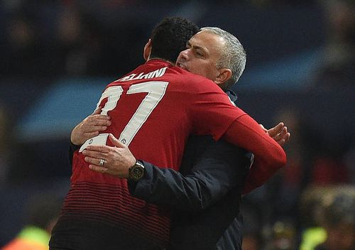 Xúc động với khoảnh khắc Fellaini ôm chầm lấy Người đặc biệt