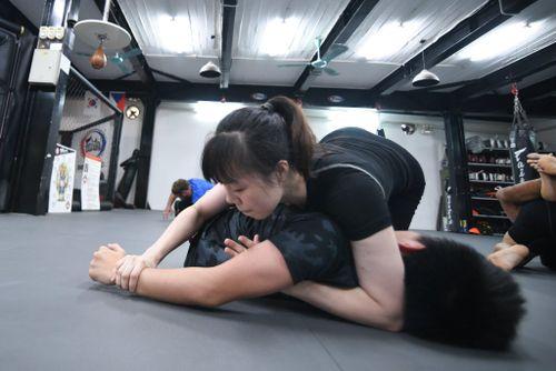 Xem thiếu nữ Việt khóa chặt đối thủ bằng đòn hiểm MMA