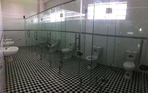 Khoe nhà vệ sinh công cộng của trường sang cảnh như ở khách sạn nhưng dân mạng lại soi ra một chi tiết khiến ai cũng bụm miệng cười