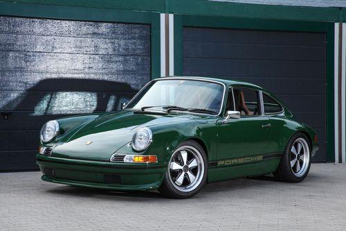 Ngắm xe cổ Porsche 911 được phục hồi giá ngang một chiếc Ferrari
