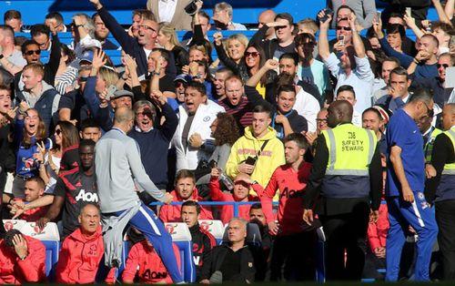 Mourinho 'phối hợp' với trợ lý Chelsea diễn trò suýt đánh nhau