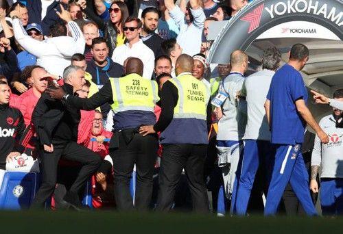 Nổi giận đùng đùng, HLV Mourinho suýt tẩn người Chelsea