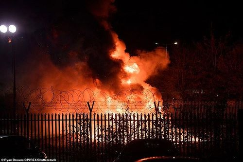 Cận cảnh máy bay của ông chủ Leicester bốc cháy như quả cầu lửa