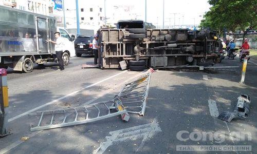 Xe tải lật trên đại lộ ở Sài Gòn, nhiều người đi đường hú vía