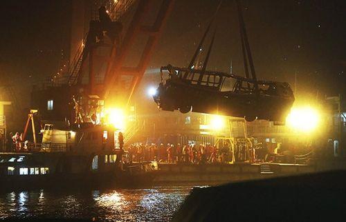 Trung Quốc: Tài xế, hành khách ẩu đả, xe buýt lao xuống sông khiến 15 người chết