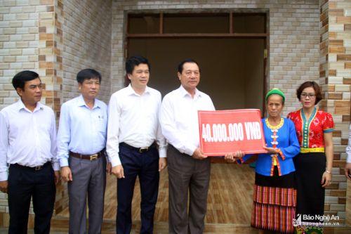 Phó Chủ tịch UBND tỉnh Lê Minh Thông dự ngày hội đại đoàn kết tại Con Cuông