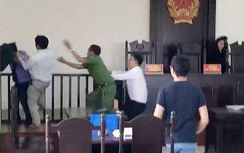 2 anh em gây náo loạn phiên tòa, đánh kiểm sát viên bị đề nghị truy tố