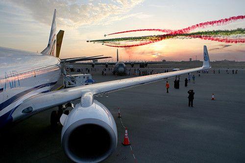 Máy bay vẽ cầu vòng trên bầu trời tại triển lãm hàng không Bahrain