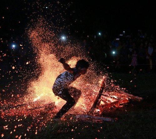 Thót tim màn đi chân trần nhảy múa trên than lửa của thanh niên Pà Thẻn