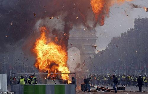 Thủ đô Paris: 8.000 người tràn xuống đường, biểu tình biến thành bạo loạn
