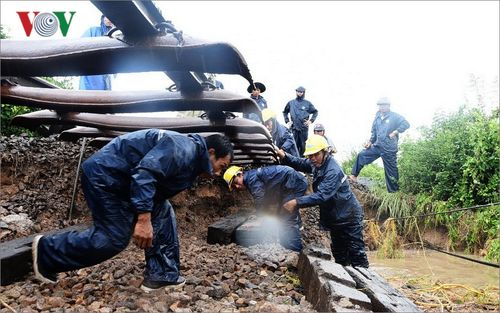 Hình ảnh khắc phục sạt lở trên tuyến đường sắt Bắc - Nam
