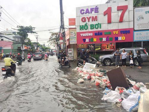 Sau bão số 9, Sài Gòn vẫn ngập sâu trong biển nước