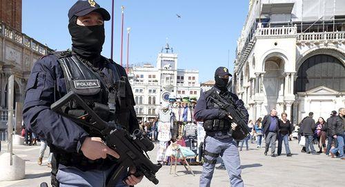 Khoảng 20 người bị bắt làm con tin tại Italy