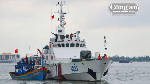 Cứu nạn tàu cá và 8 thuyền viên