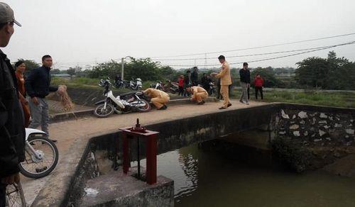 Đi xe máy qua cầu, người phụ nữ rơi xuống kênh chết đuối