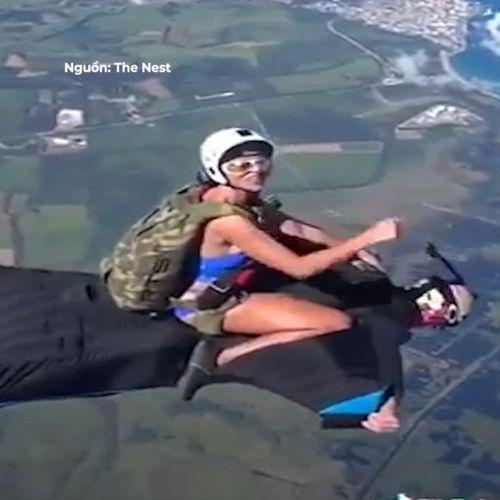 Bạn gái ngồi trên lưng bạn trai khi đang nhảy dù