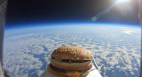 Youtuber đưa bánh Big Mac lên trời…để ăn thử