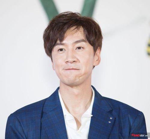 Lee Kwang Soo ký tặng fan Việt ngay trên thảm đỏ, Trấn Thành - Jun Phạm được khán giả chào đón không kém sao Hàn