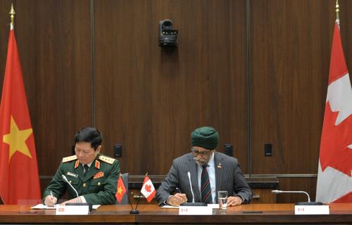 Ký kết bản ghi nhớ hợp tác quốc phòng giữa Việt Nam và Canada