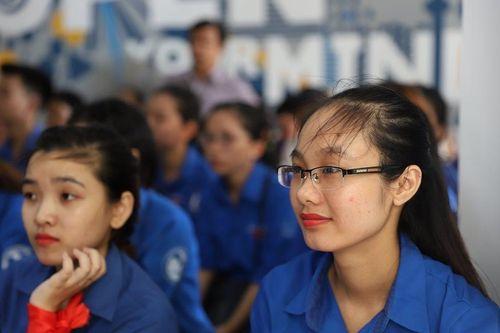 Sinh viên Khánh Hòa hào hứng nghe nữ quân nhân Canada kể chuyện