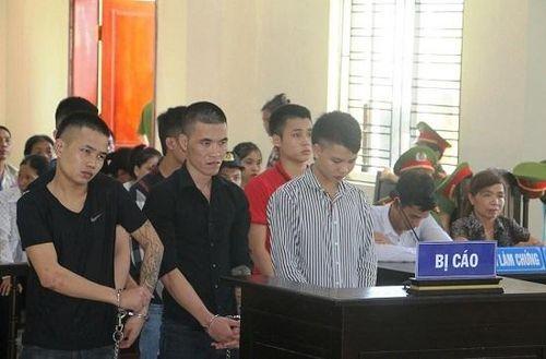 Người nhà bị cáo náo loạn công đường vì cho rằng người chết khiến con họ… đi tù
