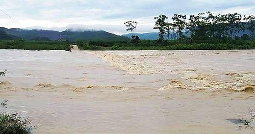 Nghệ An: Cố vượt qua cầu tràn, người đàn ông bị nước lũ cuốn trôi