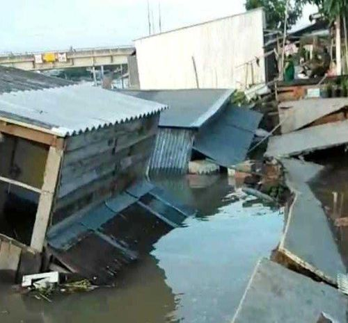 Đồng Tháp: Sạt lở bờ sông nghiêm trọng, 5 căn nhà bị nhấn chìm