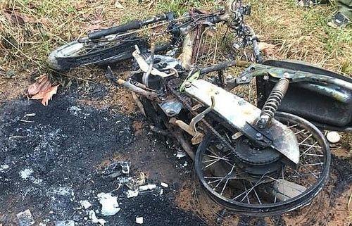 Người đàn ông lõa thể tử vong cạnh chiếc xe máy cháy trơ khung