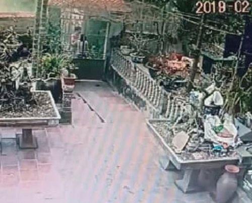 Dùng xô nhựa đánh vào mặt hàng xóm, một phụ nữ bị khởi tố, bắt giam